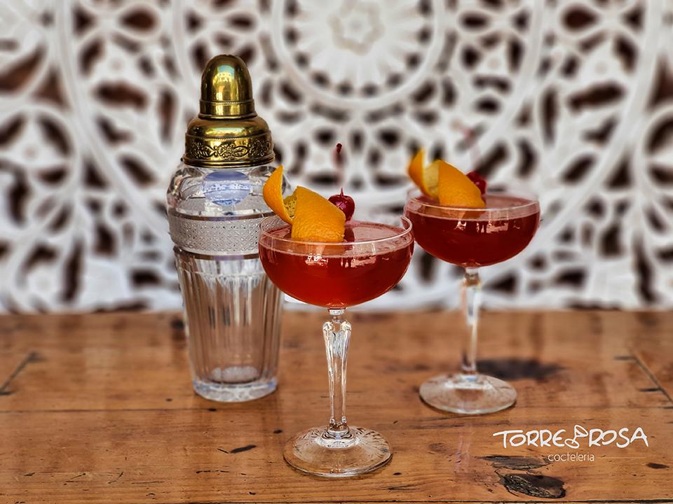 Cóctel Cosmo Royale servido en dos copas